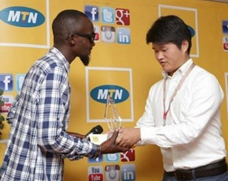 Moze Radio receiving the award from MTN